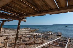 Los muelles de pescadores de la playa de Migjorn en Formentera en España foto