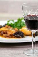 detalle de una copa de vino tinto foto