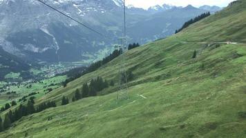 schöner berg bei grindelwald in der schweiz blick von der seilbahn video