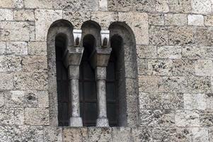 Detalle arquitectónico de una ventana de la iglesia foto