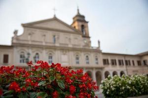 catedral de terni con flores foto
