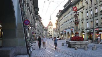via dello shopping timelapse con torre dell'orologio nella città di berna, svizzera video