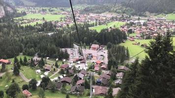 Seilbahnfahrt mit schöner Aussicht in der Schweiz video