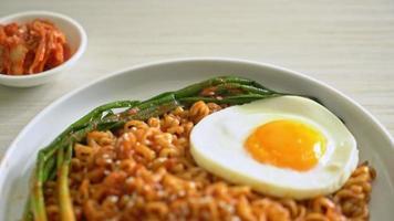 fideos instantáneos coreanos secos con huevo frito video