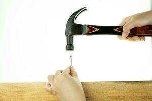 martillo de mano golpeando un clavo foto