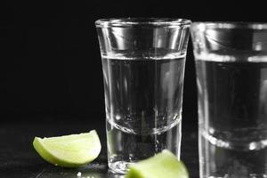 Cerrar vodka ruso con sal y limón. foto