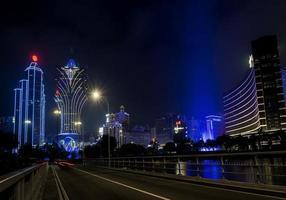Vista urbana de los edificios del casino en la noche en la ciudad de Macao, China foto