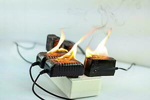 En el adaptador de fuego en el receptáculo del enchufe sobre fondo blanco. foto