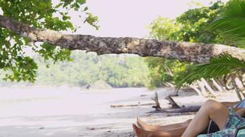 coppia posa su sedie in spiaggia. video