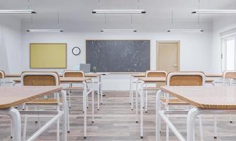 Interior de un aula escolar con pupitres de madera. foto