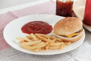 salsa de tomate en un plato blanco y comida chatarra foto