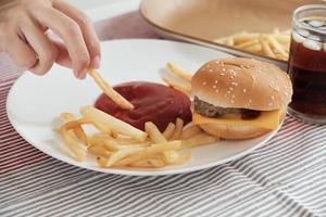 comiendo comida rápida en el plato blanco. foto
