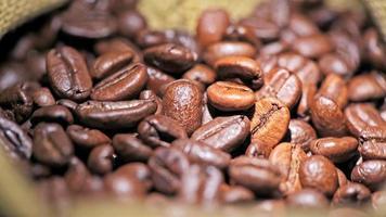 grains de café dans un sac de jute video