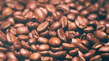 grains de café qui coulent avec de la fumée video