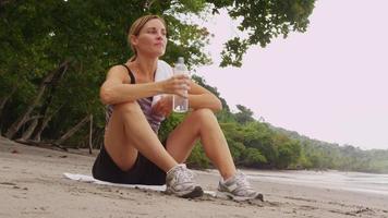 mujer corredor descansando agua potable video