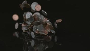 monedas cayendo en cámara lenta tomadas en phantom flex 4k a 1000 fps video