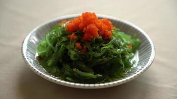salada de algas japonesas com ovos de camarão video