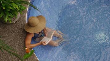 donna che legge libro nella vasca idromassaggio. video