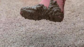 lerig känga som faller på mattan i slowmotion video
