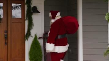 jultomten som går in i ytterdörren till hemmet video