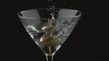 Tiro de cámara lenta de oliva salpicaduras de martini video