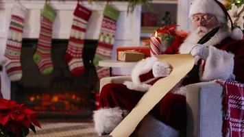 jultomten skriver på listan video