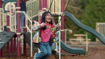jovem balançando no parque em câmera lenta video
