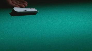 jogando cartas na mesa em câmera lenta video