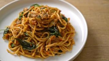 Stir-fried spaghetti with clams and chili paste video