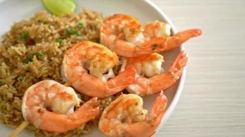 riz frit avec brochette de crevettes video