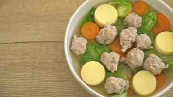 kålsoppa med fläskfärs och tofu video