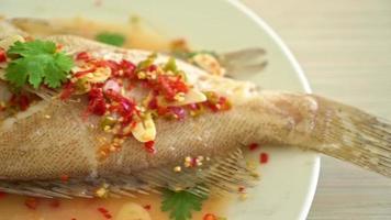 poisson de mérou cuit à la vapeur avec citron vert et piment video