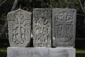 Una antigua cruz de piedra arminiana, Khachkar ejmiacin, Armenia foto