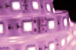 Tira decorativa de diodos led de color morado en la mano. foto