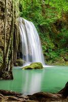 cascada de erawan, parque nacional de erawan en kanchanaburi, tailandia foto