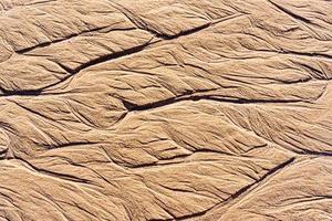 textura de arena mojada en la playa foto