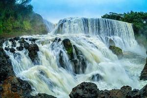 la poderosa cascada de sae pong lai en el sur de laos. foto