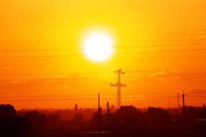 vista panorámica en la hermosa puesta de sol naranja foto
