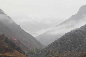 paisaje de montaña brumoso foto