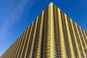 revestimiento de fachada de metal retorcido foto