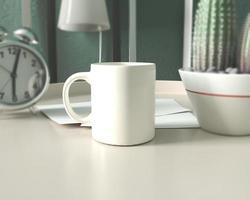 maqueta de taza de café con leche en el espacio de trabajo foto