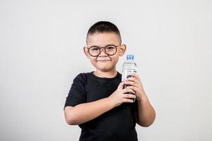 chico divertido con botella de agua en foto de estudio.