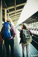pareja joven inconformista en la estación de tren. foto