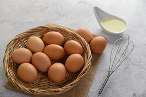 huevos y aceite preparando comida para cocinar foto