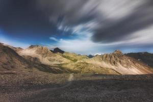 paisaje desértico de los alpes suizos en la región de los grisones foto