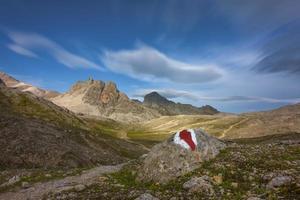 Cartel en el sendero en la región de los Grisones en los Alpes suizos foto