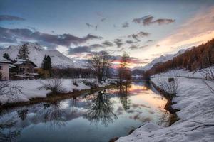 Reflejo de otoño en Sils Maria en el valle de Engadine de Suiza foto