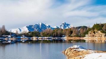 Panorama del lago de los Alpes Orobie a finales de otoño foto