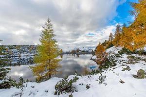 lago alpino en otoño con las primeras nieves foto