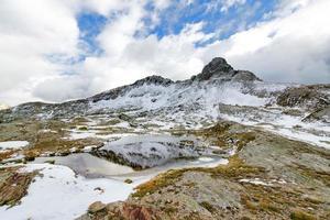 paisaje de montaña a principios de otoño foto